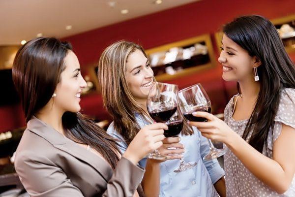 tres_amigas_tomando_vino-min